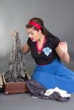Девушка Pinup пакуя ретро чемодан Стоковое Изображение RF