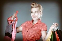 Девушка Pinup с хозяйственными сумками покупая одежды сбывание Стоковая Фотография