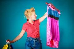 Девушка Pinup с хозяйственными сумками покупая платье одежд Стоковые Изображения RF