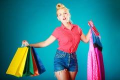 Девушка Pinup с хозяйственными сумками покупая платье одежд Стоковые Изображения