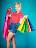 Девушка Pinup с хозяйственными сумками покупая платье сбывание Стоковая Фотография RF