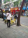 Девушка prepaing для того чтобы ехать, который делят велосипед Стоковые Фотографии RF