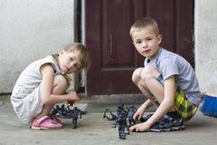 Девушка preschool 2 милых детей белокурая милая и красивый мальчик p Стоковые Фотографии RF