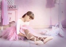 Девушка Preteen в зале класса балета положенной на pointe Стоковое Изображение