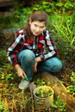 Девушка Preteen красивая культивирует рынк-сад ростков весной стоковые изображения