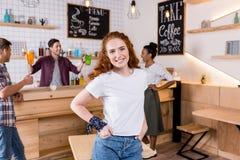 Девушка Redhead в кафе Стоковая Фотография