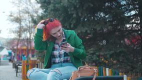Девушка Redhead в парке видеоматериал