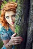 Девушка Redhead в парке стоковое изображение