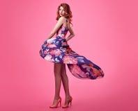 Девушка Redhead моды чувственная Платье лета флористическое Стоковые Изображения RF