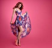 Девушка Redhead моды чувственная Платье лета флористическое Стоковые Фото