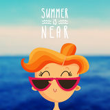 Девушка Redhead на запачканной предпосылке моря Стоковые Изображения