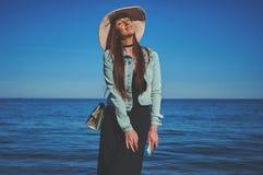 Девушка Redhead нося черные платье и куртку джинсов белизна сторновки путя клиппирования предпосылки изолированная шлемом Ho Стоковое Изображение