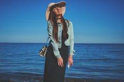 Девушка Redhead нося черные платье и куртку джинсов белизна сторновки путя клиппирования предпосылки изолированная шлемом Ho Стоковая Фотография