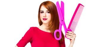Девушка Redhead с большими ножницами и гребнем стоковые фотографии rf