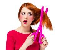 Девушка Redhead с большими ножницами стоковые изображения rf