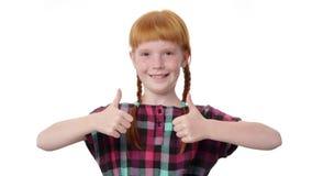 Девушка Redhead с 2 отрезками провода показывает большому пальцу руки поднимающий вверх жест акции видеоматериалы