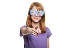 Девушка Redhead с смешной стеклами стоковое фото rf