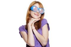 Девушка Redhead с смешной стеклами стоковое изображение rf