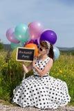 Девушка Rockabilly или Pinup держа шифер с PA текста Rockabilly стоковая фотография rf