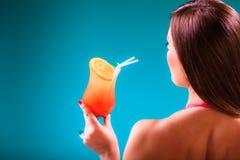 Девушка s в купальнике на poolside с sideview стекла коктеиля Стоковые Изображения RF