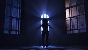 Девушка sensually выполняет ее танец, ее движения грациозно силуэт акции видеоматериалы