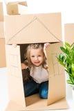 Девушка sittling внутри картонной коробки Стоковые Фото