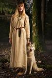 Девушка Slavonian и сибирская лайка в глубоком лесе Стоковые Изображения RF