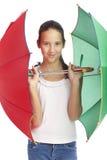 Девушка Smilling с зеленым и красным зонтиком Стоковое Изображение RF