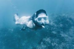 Девушка snorkeling в темносинем море Стоковое Фото