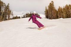 Девушка snowboarder Beginner Стоковые Изображения RF