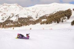 Девушка snowboarder Beginner Стоковые Фотографии RF