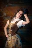 Девушка Steampunk с стеклами верхней шляпы и авиатора стоковые фото