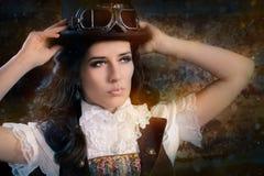 Девушка Steampunk с стеклами верхней шляпы и авиатора стоковые изображения rf