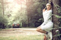 Девушка Swag привлекательная женская представляя с леденцом на палочке в природе Стоковое Изображение RF