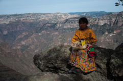 Девушка Tarahumara Медный каньон стоковые изображения rf