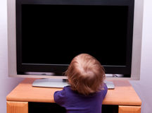девушка tv младенца передняя Стоковая Фотография