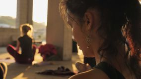 Девушка Yogi размышляет в группе в покинутом здании в лете на восходе солнца, здоровом образе жизни, концепции движения, спорте видеоматериал