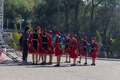 Девушки ансамбля танца молодые армянские в традиционных армянских одеждах подготавливают для представления на фестивале сыра Adyg стоковые фотографии rf