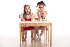 Девушки дают большие пальцы руки вверх и вниз Стоковые Изображения