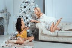Девушки дают подарки на Новом Годе Стоковое Изображение