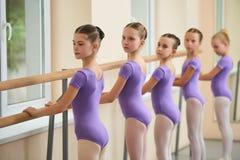 Девушки балета тренируя перед представлением стоковое изображение