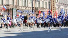 Девушки барабанщика группы в голубых костюмах Стоковые Фотографии RF