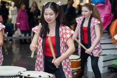 Девушки барабанщиков Taiko Стоковое Изображение