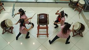 Девушки барабанщиков Taiko акции видеоматериалы