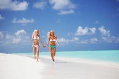девушки бегут тропическое Стоковое Изображение