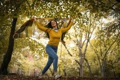 Девушки бегут шаловливое с шарфом На движении Стоковое Изображение RF