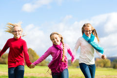 Девушки бежать через парк падения или осени Стоковые Изображения RF