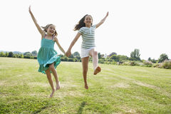 Девушки бежать через поле Стоковые Изображения RF