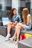 2 девушки беседуя в моле Стоковое Изображение