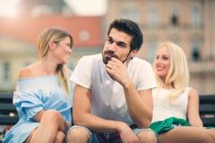 Девушки беседуя пока мальчик пробурил на стенде Стоковые Фото